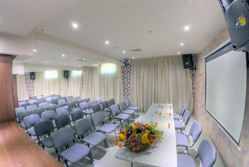 "Конферентна зала тип ""Театър"""